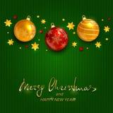 Feiertagsdekorationen mit Weihnachtsbällen auf Grün strickten backgr Stockbilder