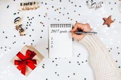 Feiertagsdekorationen und -notizbuch mit 2017 Zielen stockbild