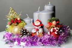 Feiertagsdekorationskerze und -weihnachtsmann Lizenzfreie Stockbilder