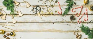 Feiertagsdekorationsspielwaren, Kerzen, Seil, Girlanden, Baumaste, Zuckerstange Stockfoto