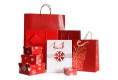 Feiertagseinkaufenbeutel und Geschenkkästen auf Weiß Stockfotos