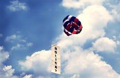 Feiertagsfahne mit Fallschirm stockbild
