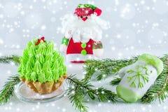 Feiertagsfahnen-Grünbaum, Handschuhmarzipan und Santa Claus auf einem hellen hölzernen Hintergrund Hintergrundguten rutsch ins ne Stockbild