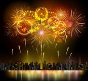 Feiertagsfeuerwerk und Nachtstadt Stockbild