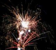 Feiertagsfeuerwerke im Himmel Lizenzfreie Stockfotografie