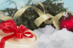 Feiertagsgeschenk mit Weihnachtsabendszweig stockbilder