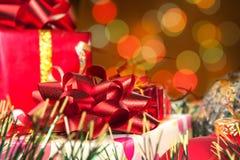Feiertagsgeschenke und unscharfe Leuchten Stockfotografie