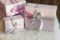 Feiertagsgeschenkkästen verziert mit Farbband Schönes purpurrotes glänzendes Paket für Weihnachten und neues Jahr Sebebryannaya-B Stockfoto