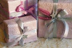 Feiertagsgeschenkkästen verziert mit Farbband Schönes purpurrotes glänzendes Paket für Weihnachten und neues Jahr Sebebryannaya-B Lizenzfreie Stockbilder