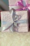 Feiertagsgeschenkkästen verziert mit Farbband Schönes purpurrotes glänzendes Paket für Weihnachten und neues Jahr Sebebryannaya-B Lizenzfreies Stockbild