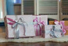 Feiertagsgeschenkkästen verziert mit Farbband Schönes purpurrotes glänzendes Paket für Weihnachten und neues Jahr Sebebryannaya-B Lizenzfreie Stockfotos