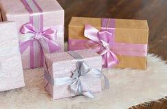 Feiertagsgeschenkkästen verziert mit Farbband Schönes purpurrotes glänzendes Paket für Weihnachten und neues Jahr Sebebryannaya-B Lizenzfreies Stockfoto
