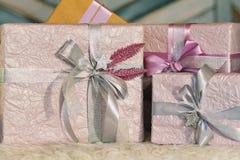 Feiertagsgeschenkkästen verziert mit Farbband Schönes purpurrotes glänzendes Paket für Weihnachten und neues Jahr Sebebryannaya-B Stockfotografie