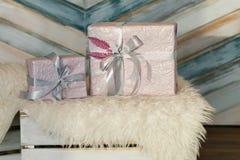 Feiertagsgeschenkkästen verziert mit Farbband Schönes purpurrotes glänzendes Paket für Weihnachten und neues Jahr Sebebryannaya-B Stockfotos