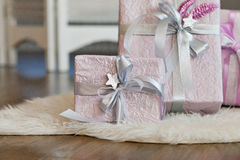 Feiertagsgeschenkkästen verziert mit Farbband Schönes purpurrotes glänzendes Paket für Weihnachten und neues Jahr Sebebryannaya-B Lizenzfreie Stockfotografie