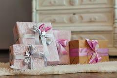 Feiertagsgeschenkkästen verziert mit Farbband Schönes purpurrotes glänzendes Paket für Weihnachten und neues Jahr Sebebryannaya-B Stockbilder