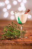 Feiertagsgetränk mit Zimtstange - bereiten Sie Weihnachtsglückliche Stunde lang vor Lizenzfreie Stockfotografie