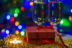 Feiertagsglückwunschfoto mit cristal Gläsern und Lichtern lizenzfreie stockfotos
