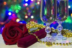 Feiertagsglückwunschfoto mit cristal Gläsern und Lichtern lizenzfreie stockfotografie