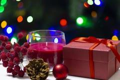 Feiertagsglückwunschfoto mit einem Geschenk und Lichtern stockfoto