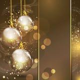 Feiertagsgoldhintergrund mit goldenen Glaskugeln Stockfoto