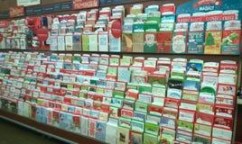 Feiertagsgrußkarten, die am Speicher verkaufen Stockbild