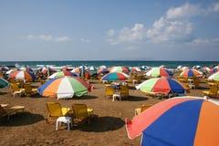 Feiertagshersteller auf der Mittelmeerinsel von Kreta entspannen sich auf ihren Sonnenbetten Stockbilder