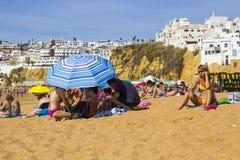 Feiertagshersteller entspannen sich in der heißen Sonne auf dem Strand an der alten Stadt in Albuferia Stockfoto