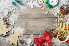 Feiertagshintergrund des Weihnachtsneuen Jahres mit festlicher Dekoration Stockfotografie