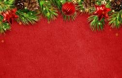 Feiertagshintergrund mit den Weihnachtsbaumzweigen, Kegel, Bälle abd L stockbilder