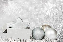 Feiertagshintergrund mit funkelnden Lichtern und Weihnachten-decoratio Stockfoto