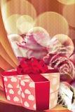 Feiertagshintergrund mit Geschenkbox und Rosen Lizenzfreies Stockbild
