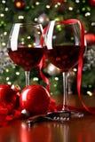 Feiertagshintergrund mit Gläsern Rotwein lizenzfreie stockfotos