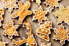 Feiertagshintergrund mit Lebkuchenplätzchen über Holztisch Lizenzfreie Stockbilder