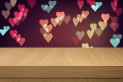 Feiertagshintergrund mit leerem Holztisch und Herz bokeh beleuchten Lizenzfreie Stockfotos