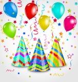 Feiertagshintergrund mit Parteihüten, bunte Ballone, Konfettis Lizenzfreie Stockfotografie