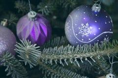 Feiertagshintergrund mit verziertem Weihnachtsbaum Stockfoto