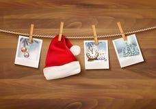 Feiertagshintergrund mit Weihnachtsfotos und einem Sankt-Hut Lizenzfreies Stockbild