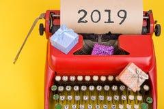 Feiertagskonzept - rote Schreibmaschine mit Text lizenzfreies stockfoto