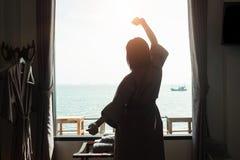 Feiertagskonzept Schattenbildfoto der Frauenaufgabe entspannen sich Aktion Lizenzfreie Stockbilder