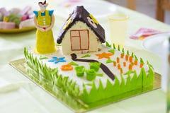 Feiertagskuchen für Mutter ` s Tag mit dekorativer dekorativer Zahl des Hauses Lizenzfreies Stockbild