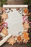 Feiertagslebensmittelhintergrund für backende Lebkuchenplätzchen Weinlesepapierblatt für Weihnachtsrezept Textraum, Draufsicht Stockfoto