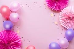 Feiertagsrahmen oder -hintergrund mit buntem Ballon und Papierblumen flache Lageart Geburtstags- oder Parteigrußkarte mit Kopie stockbilder