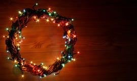 Feiertagsschablonenkarte des guten Rutsch ins Neue Jahr und der frohen Weihnachten mit Kranz kreisen Rahmen ein Lizenzfreie Stockbilder