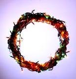 Feiertagsschablonenkarte des guten Rutsch ins Neue Jahr und der frohen Weihnachten mit Kranz kreisen Rahmen ein Stockbild