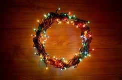 Feiertagsschablonenkarte des guten Rutsch ins Neue Jahr und der frohen Weihnachten mit Kranz kreisen Rahmen ein Lizenzfreies Stockfoto
