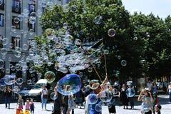 Feiertagsseifenblasen in der Straße in Prag Stockbild