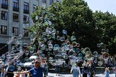 Feiertagsseifenblasen in der Straße in Prag Lizenzfreie Stockfotos