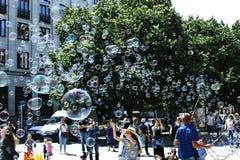 Feiertagsseifenblasen in der Straße in Prag Stockfotos