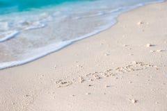 Feiertagssommerkonzept Der Wortsommer geschrieben in den Sand Stockfoto